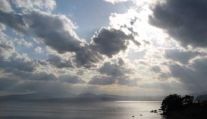 湖面を照らす陽光(湖北)
